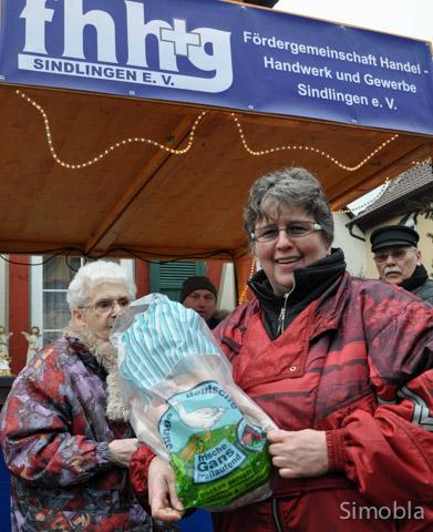 Gewonnen! Gerne händigt Elke Erd, Vorsitzende des Gewerbevereins, den Gewinnern Gänse und Gutscheine aus.