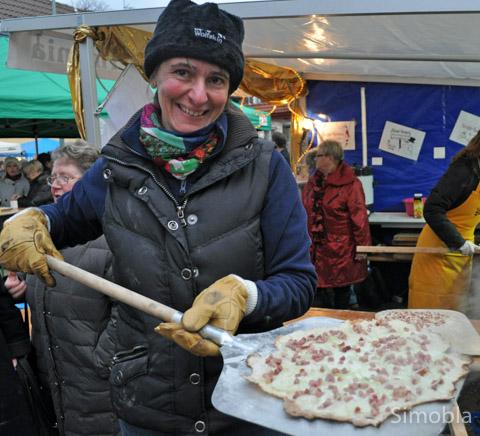 Und ab in den Offen. Regina Schwab und die weiteren Helferinnen vom Frauenchor Germania backen Flammkuchen