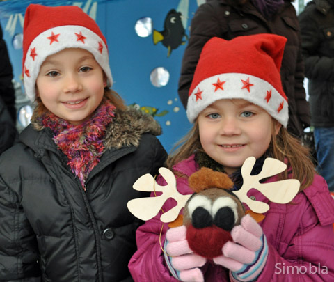 Schon ganz auf Weihnachten eingestellt: Jana, Lara und ein kleiner Elch