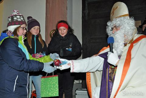 Mit Rauschebart und Bischofsmütze verteilte Michael Konstantinou als Nikolaus Geschenke an die Kinder