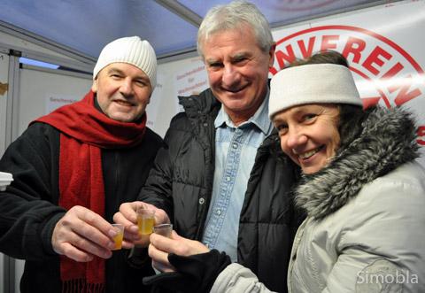 Zum Wohl! (v.l.) Peter Busch, Jandraz Török und Renate Ahlers-Zimmermann schenkten am Stand des TVS heißen Slivovitz aus.