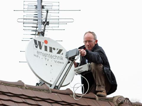 """Die Montage von Satellitenschüsseln gehört für Raoul Wirz zum Alltag. 2007, 2009 und 2012 wurde er mit seinem Betrieb übrigens als """"1a-Fachhändler und Fachwerkstatt"""" ausgezeichnet."""