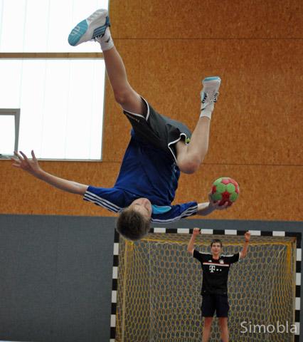 Artistisch: Handballer werfen aus allen Lagen aufs Tor, demonstrierten die deutschen und französischen Jugendhandballer.
