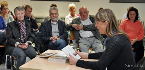 Von Freud und Leid früherer Liebespaare erzählte Silke Wustmann bei einer Lesung in der Stadtteilbücherei. Foto: Michael Sittig