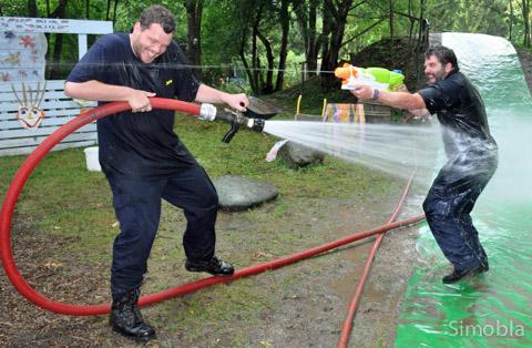 Wasser ist ihr Element: Aktive der Freiwilligen Feuerwehr Sindlingen bescherten den Ferienspielkindern einen feucht-fröhlichen Nachmittag.