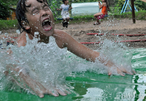Augen zu und hinein ins Nass: Nico genoss die Wasserspiele. Fotos: Michael Sittig