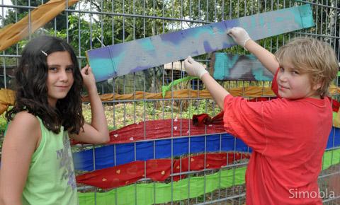 Kunst am Zaun: Mit allerlei Materialien verwandelten die Ferienspielkinder den Zaun in eine bunte Wand.