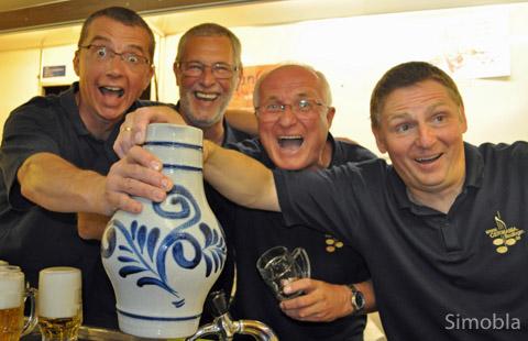 """Üben sie schon für den """"Apfelweinkönig""""? Beim Männerchor Germania kommt jedenfalls nur Selbstgekelterter in den Bembel, versichern (von links) Peter Teske, Klaus Mettin, Gerhard Schwanz und Wolfgang Gerhards."""