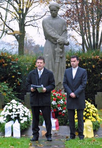 Gegen das Vergessen: Andreas Rühmkorf (links) und Pfarrer Martin Sauer sprachen zum Volkstrauertag auf dem Friedhof. Foto Heide Noll