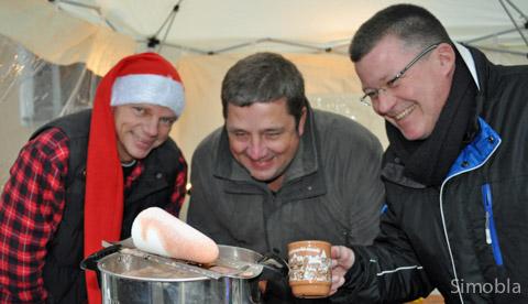 Nur echt mit Zuckerhut: (von links) Achim Seitz, Oliver Weber und Stefan Schneider bereiten Feuerzangenbowle zu.