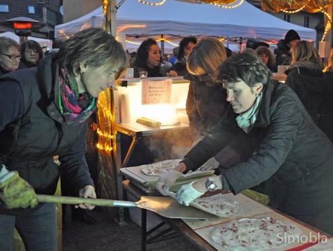 Ihr wurde bestimmt nicht kalt: Regina Schwab (links) vom Frauenchor Germania schob Flammkuchen um Flammkuchen in den Ofen.