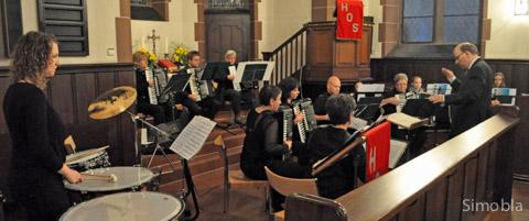 Das Harmonika-Orchester Sindlingen gab sein Jahreskonzert in der evangelischen Kirche. Foto: Michael Sittig.
