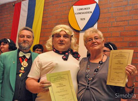 Ein närrisches Jubiläum feierten Roland Haschke und Ursula Lehmann, Michael Streubel (links) gratulierte.