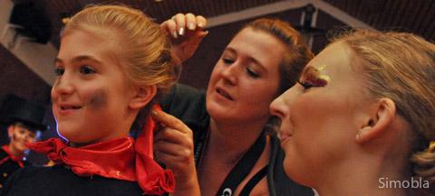 Fastnachtlicher Friseur: Nadine Winkler macht Anastasia die Haare, Saskia Eichhorn (rechts) schaut zu.