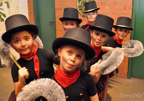 Die Tanzkäfer bilden eine neue Gruppe im SKV. Saskia Eichhorn und Andrea Schröder haben mit dem Nachwuchs einen Schornsteinfegertanz eingeübt.
