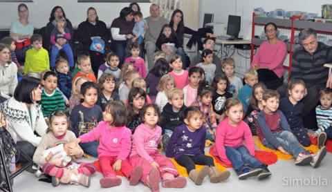 """Zum Abschluss des """"Lesezaubers"""" in der Bücherei sahen die Kinder eine Märchenaufführung."""