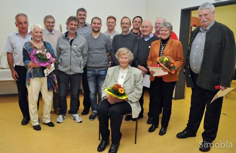 Bald fünf Jahrhunderte kommen hier zusammen: Für 25, 40, 50 und 60 Jahre Mitgliedschaft bedankten sich Michael Sittig und Hans Brunnhöfer (hinten, von links) bei den TVS-Jubilaren. Foto: Heide Noll