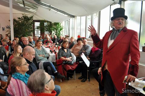 """Als """"Fabian Sebastian Hampelmann"""" unterhielt Mario Gesiarz die Gäste des Benefiz-Nachmittags in der Orangerie. Viktor Gesiarz spielte dazu Klezmer und Swing auf dem Akkordeon. Foto: Michael Sittig"""