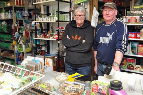 Glückwunschkarten von Meike Bartelt und Kartoffeln von Patrick Stappert verkaufen Marion Patt und Uli Schlereth zusätzlich zum üblichen Sortiment.