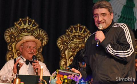 Der Dummfrager Boris Meinzer (mit Peter Thalau (sitzend))
