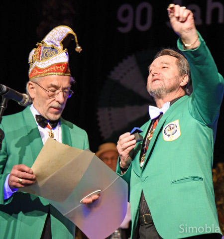Den Ehrenring verlieh Dieter Sänger (links) Michael Streubel.