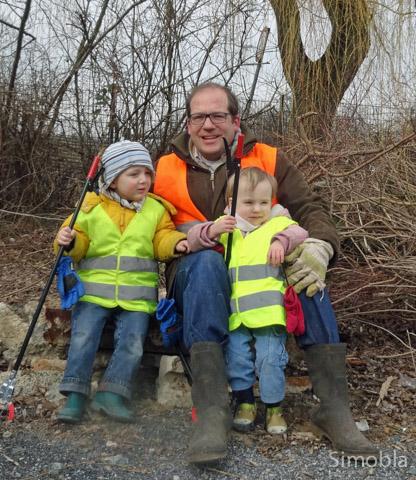 Roland Wollnik räumte mit Johanna und Norlin rund um die TVS-Halle auf. Foto: Jupp Riegelbeck
