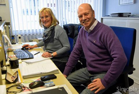 Gabriele und Karl-Heinz Kümmeth teilen sich die Arbeit: Sie organisiert die Verwaltung, er wartet und repariert die Autos der Kunden.
