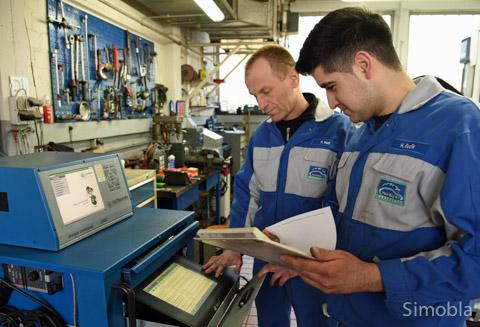 Elektronische Hilfe: Harun Gedik (rechts) und Rolf Nell am Auslesegerät in der KFZ-Werkstatt Kümmeth.