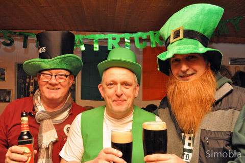 Ein Prost auf Irland: (von links) Horst Best, Claus Hoß und Glenn Gareau feiern den St. Patric's Day. Fotos: Michael Sittig
