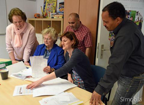 Sie organisieren das Nachbarschaftsfest in Sindlingen: (von links) Monika Calzolari, Christa Sepe, Samir Zeyani, Marja Glage und Thomas Alazar. Zum Team gehören auch Christa Neuser und Amar Lahlioui. Foto: Michael Sittig