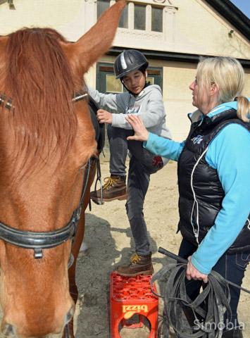 Richtig Aufsteigen ist nicht schwer, zeigt Denise Nube den jungen Reitern.