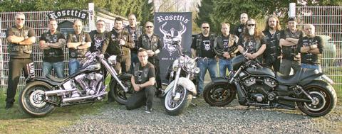 Am liebsten in schwarzem Leder: die Motorradfreunde Rosettis vor ihrem neuen Vereinsgelände.