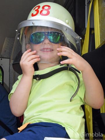 Wenn ich groß bin, werd ich Feuerwehrmann! Alexander übt schon mal mit Helm.