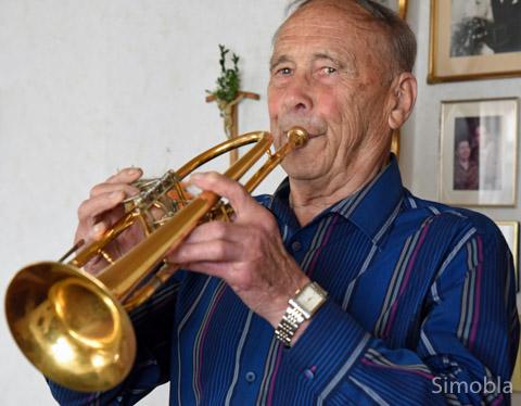 Franz Huthmacher spielt auch mit 90 Jahren noch Trompete. Er war Gründer und Leiter des Kolping-Blasorchesters. Foto: Michael Sittig