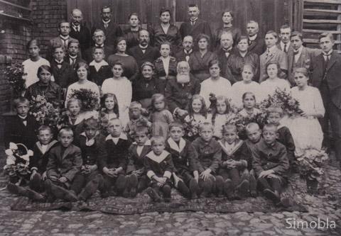 Großfamilie: Bürgermeister Franz Joseph Huthmacher und seine Frau Elisabeth in der Bildmitte, umgeben von Kindern, Enkeln und Urenkeln.