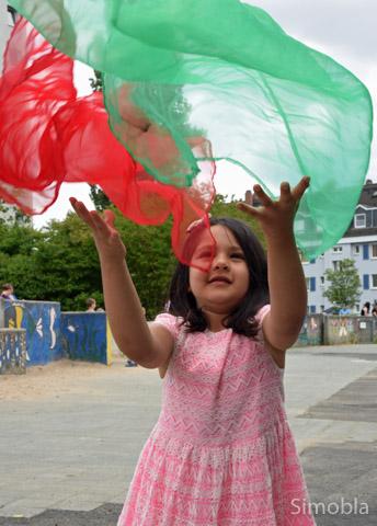 Mit bunten Tüchern übten die Kinder am Stand der Kindertagesstätten jonglieren.