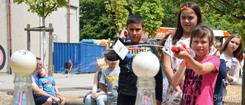 Mit Wasserpistolen versuchten die Kinder, die Tischtennisbälle von den Flaschen zu feuern.