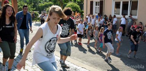 """Die """"Hinterhaus Crew"""" und das Publikum tanzen."""