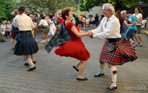 Das macht Laune: Der Frankfurt Scottish  Country Dance Club ließ die Röcke und Kilts fliegen.