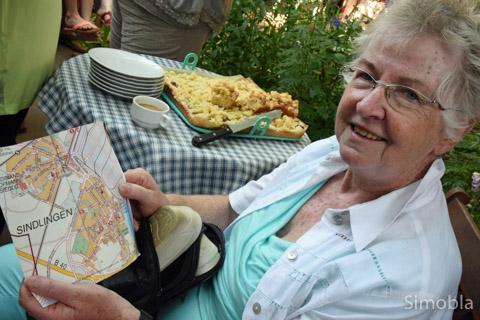 Bruni Möbes freut sich über die Karte mit den Auftrittsorten