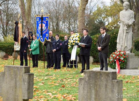 Unter den Blicken des Heiligen Michael, flankiert von Fahnenträgern und Ehrenwache, gedachten Andreas Rühmkorf und Vikar Konstantin Sacher der Opfer von Krieg und Gewalt.