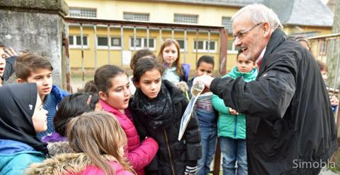 So sah Sindlingen einmal aus: Dieter Frank führte Drittklässler der Meister-Schule durch den alten Ortsmittelpunkt.Foto: Michael Sittig