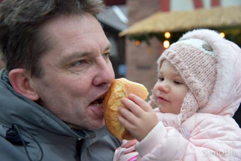 Andreas Rühmkorf mit Enkelin Ayleen.