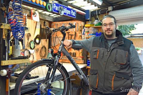 Gut sortiert für alle Arbeiten an Zweirädern ist Dennis Brößgen. In einer früheren Garage hat er sich eine Werkstatt eingerichtet. Foto: Michael Sittig