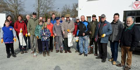 Ausgerüstet mit Handschuhen, Säcken und Zangen von der FES räumten Freiwillige in der Gemarkung auf. Fotos: Michael Sittig