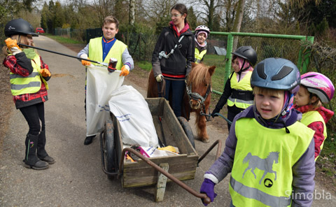 Die Ponyzwerge sammelten Abfall in den Wingerten auf.