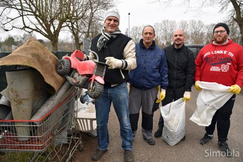 Jede Menge Müll holten Bertold Alleweldt (links) und seine Fußballer aus den Grünanlagen rund um den Sportplatz.