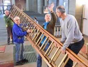 Schwerstarbeit: Die lange Leiter schleppten (von links) Willi Stappert, Tadija Kristić, Edwin Reinhard und Ante Zovkić.