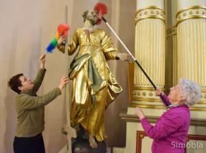 Mit den Feudeln war dem Staub auf dem Heiligen Petrus nicht beizukommen, stellten Woltera Reinhard (links) und Marga Merz fest. Fotos: Michael Sittig