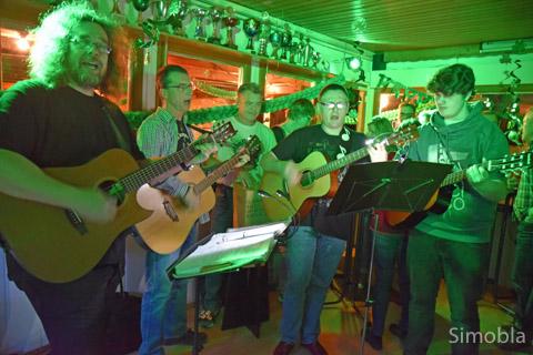 """Mit Gitarren und einer Trommel sorgten die """"Bierland-Schrummler"""" für Atmosphäre im zum Pub mutierten Vereinsheim des Karnevalvereins. Foto: Michael Sittig"""